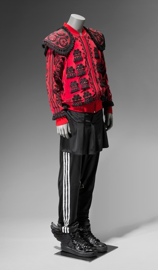 1557335743437-10_Adidas_ensemble