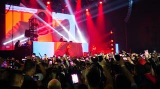 Capital Bra Fans mit ihren Handys