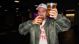 Der Autor mit zwei Bieren