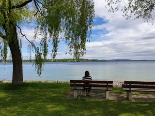 Unterwegs mit Bianca sitzt auf einer Parkbank