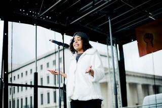 Sarah-Lee Heinrich auf der Bühne vor dem Brandenburger Tor