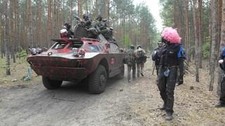 Ein Panzer fährt durch einen Wald
