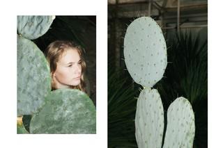 Eine Frau steht neben einem Kaktus