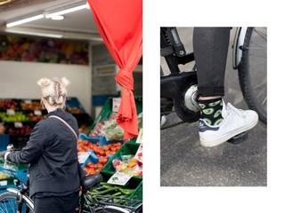 Eine Frau mit Avocado-Socken fährt Fahrrad