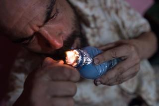 Ein Mann konsumiert Drogen
