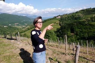 Mateja-Gravner-nella-vigna-di-Dedno-in-Slovenia