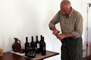 Josko-Gravner-che-stappa-le-sue-bottiglie