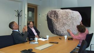 bart laat de steen zien in finland