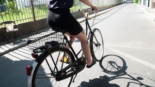 Eine Frau fährt im Sommer Fahrrad