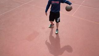 Lukas beim Basketballspielen