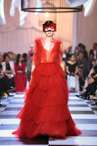 1560888525715-Maria-Grazia-Chiuri-for-Christian-Dior-Haute-Couture-Spring-Summer-2018-Dior-Red-ball-gown-in-tiered-tulle-fans-after-the-design-Francis-Poulenc