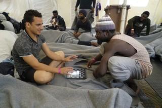 Ein Crew-Mitglied und ein Gerretteter spielen Schach
