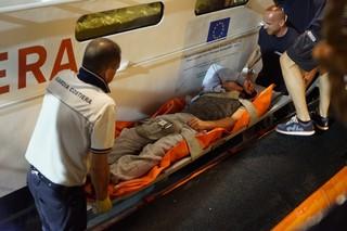 Die italienischen Sanitäter hieven den Mann auf ihr Boot