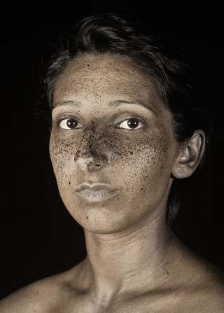 1561478887487-brut_raw_serie_photography_photographie_ultraviolet_UV_portrait_modele_taches_rousseur_freckles_pierre-louis_ferrer_HD_8_bis-1143x1600