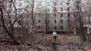 """1561555175101-foto-4-the-zone-vice """"class ="""" col-12 -xs """"data-src ="""" https://video-images.vice.com/_uncategorized/1561555175101-foto-4-the-zone-vice.jpeg """"/> </source></source></source></source></source></picture> </div> <p><b> Che percezione hanno oggi del nucleare a Chernobyl? <br /></b> La gente si interroga poco sul nucleare e su Chernobyl.Il governo ha un minimo di minimo, </p> <p> <b> Il titolo non è più un film di tutti i tempi. del tuo documentario, <i> The Zone </i>è un riferimento al film di Andrej Tarkovskij <i> Stalker </i>? Pellicola di fantascienza del 1979, ben sette anni prima rispetto al disastro. E tratto dal romanzo di ben 15 anni prima … <br /></b> Adoro Tarkovskij e il suo cinema. La sceneggiatura di <i> Stalker </i> è stata scritta assieme ai fratelli Strugackij [<i> autori del romanzo </i><i>  Picnic sul ciglio della strada </i><i>  del 1971 da cui il film di Tarkovskij è tratto </i>] che già nel loro libro hanno anticipato quello che è successo. Una sorta di profezia che ha dell'incredibile. Non è un processo in cui le regole del mondo sono sovvertite e in cui la natura è matrigna e pericolosa. Abbiamo attinto molto dall'immaginario di <i> Stalker </i> e di <i> Picnic sul ciglio della strada </i> nella creazione della sotto-trama che accompagna il nostro viaggio con gli stalker. </p> <p> <iframe src="""