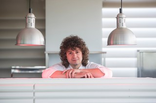 """Valentino-Cassanelli """"class ="""" col-12-xs """"data-src ="""" https://video-images.vice.com/_uncategorized/1562614456839-Valentino-Cassanelli.jpeg """"/> </source></source></source></source></source></picture> <p> Valentin o Cassanelli, chef di Lux Lucis </p> </p></div> <p><b> Il ristorante </b> <b><i> Lux Lucis </i></b>  si trova all'ultimo piano, il quarto, che comunque lo rende l'edificio più alto di tutta la città – e infatti il cocktail bar, il <b> <i> 67 Sky Lounge Ba </i></b><b><i> r </i></b>viene spesso inserito nelle classifiche internazionali dei migliori bar sul tetto insieme a grattacieli di Hong Kong o New York da strati di piani. Bello è bello: un cubo di vetro e legno, l'ultima luce aranciata della sera che si accende il verde dei tappeti rossi, su cui si affacciano i bianchi bianchi, in camicia bianca ordinano champagne Blanc des Blancs. """"Bello è bello, sì,"""" mi fa eco Valentino. """"Ma noi pensiamo a guardare il territorio."""" </p> <p> Valentino è alla guida del Lux Lucis da quando ha aperto, nel 2012, e due anni fa ha conquistato la prima stella Michelin. A Forte dei Marmi i ristoranti sono quattro: un numero alto considerando le dimensioni di Forte dei Marmi, ma non considerano i mezzi di trasporto dei turisti. </p> <p class="""