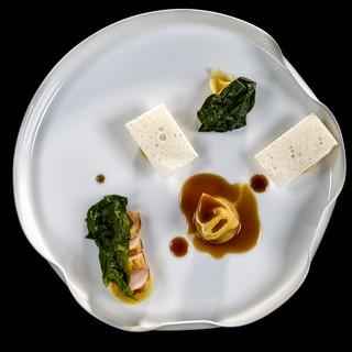 """Doppio-raviolo-di-cipolla-e-parmigiano-reggiano-con-coniglio-in-salsa-cacciatora-e-besciamella-croccante7 """"classe = """"col-12-xs"""" data-src = """"https://video-images.vice.com/_uncategorized/1562614966410-Doppio-raviolo-di-cipolla-e-parmigiano-reggiano-con-coniglio-in-salsa -cacciatora-e-besciamella-croccante7.jpeg """"/> </source></source></source></source></source></picture> <p> Doppio raviolo di cipolla e Parmigiano Reggiano con coniglio in salsa alla cacciatora e besciamella croccante </p> </p></div> <p> La cucina di Valentino è fatta di sapori netti, ma non spigolosi, e rotondità confortevole, e il racconto dello staff alla mappa, a rendere l'interna cena un'esperienza evocativa, nel suo piccolo un vero viaggio. </p> <div class="""