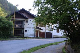 1562668493501-2-Ulazak-u-glavnu-srebrenicku-ulicui-puste-kuce-u-kojima-su-ziveli-ubijeni-Bosnjaci