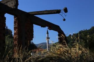 1562668537069-4-pogled-na-obnovljenu-belu-dzamiju-Kroz-prozor-razrusenje-Bosnjacke-kuce