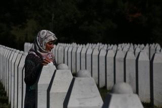 1562668585695-8-Supruga-pored-nadgrobnog-spomenika-svog-muza-koji-je-stradao-u-Srebrenici-95-e