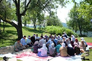 1562668587738-14-U-selu-Bajramovice-nadomak-Srebrenice-rodbina-i-clanice-udruzenja-Zene-Srebrenice-ispracaju-na-Hadz-Nuru-Mustafic-i-Refiju-Hadzibulic