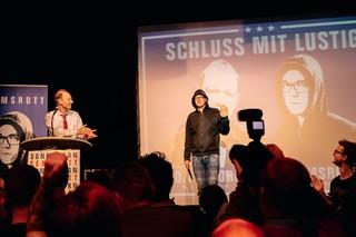 Martin Sonneborn applaudiert Nico Semsrott von der Partei Die PARTEI