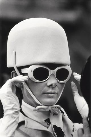 Audrey Hepburn sul set di Come rubare un milione di dollari e vivere felici / Parigi, 1966 / 81 x 58,2 cm© Terry O'Neill