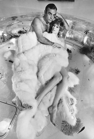 Sean Connery e Jill St. John sul set di Una cascata di diamanti / Las Vegas, 1971 / 99 x 73,1 cm © Terry O'Neill