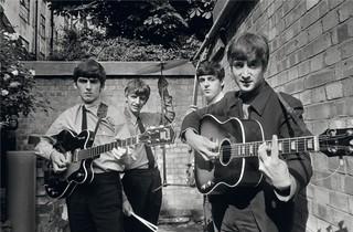 I Beatles negli Abbey Road Studios mentre registrano il loro primo album Please Please Me / Londra 1963 / 54,9 x 73 cm © Terry O'Neill