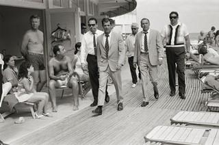Frank Sinatra con le sue guardie del corpo / Miami, 1968 / 58 x 78 cm © Terry O'Neill