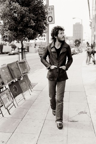 ruce Springsteen passeggiando per Sunset Strip / Los Angeles, 1975 / 78 x 57 cm © Terry O'Neill