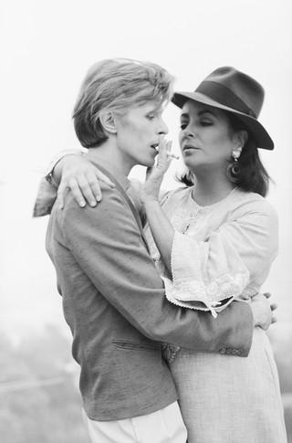 David Bowie ed Elizabeth Taylor a casa del regista George Cukor / Los Angeles, 1975 / 91,1 x 73 cm © Terry O'Neill