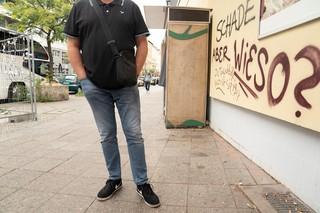 Ein Mann steht vor einer bemalten Wand