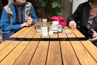 Zwei Männer sitzen in einem Café und rauchen