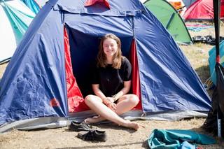 Eine Frau sitzt in ihrem Zelt