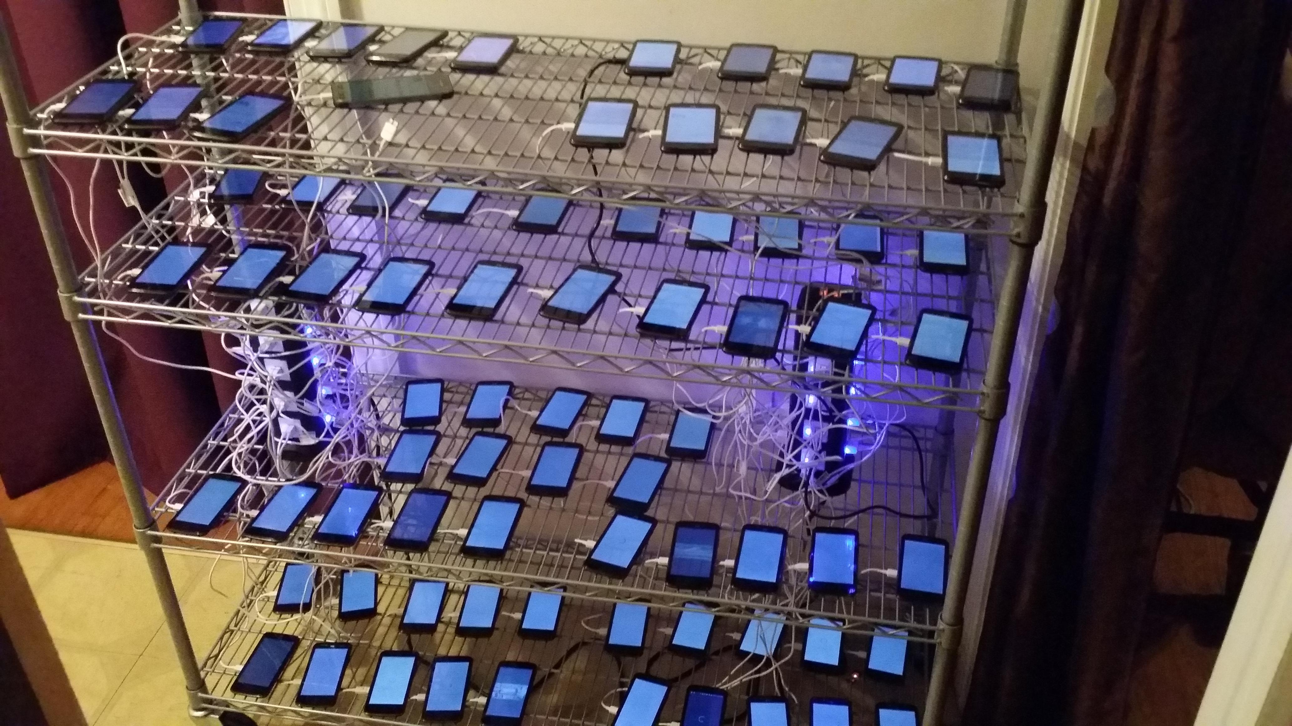 Đột nhập trang trại cày view của nông dân Mỹ, nơi hàng trăm chiếc smartphone kiếm tiền cho chủ nhân mua bỉm, mua bia... - Ảnh 2.