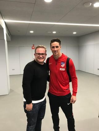 Michael Joustra met Fernando Torres.