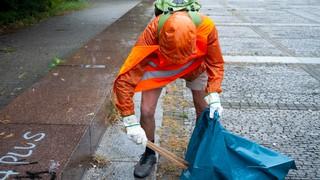 Ein Mann sammelt Müll