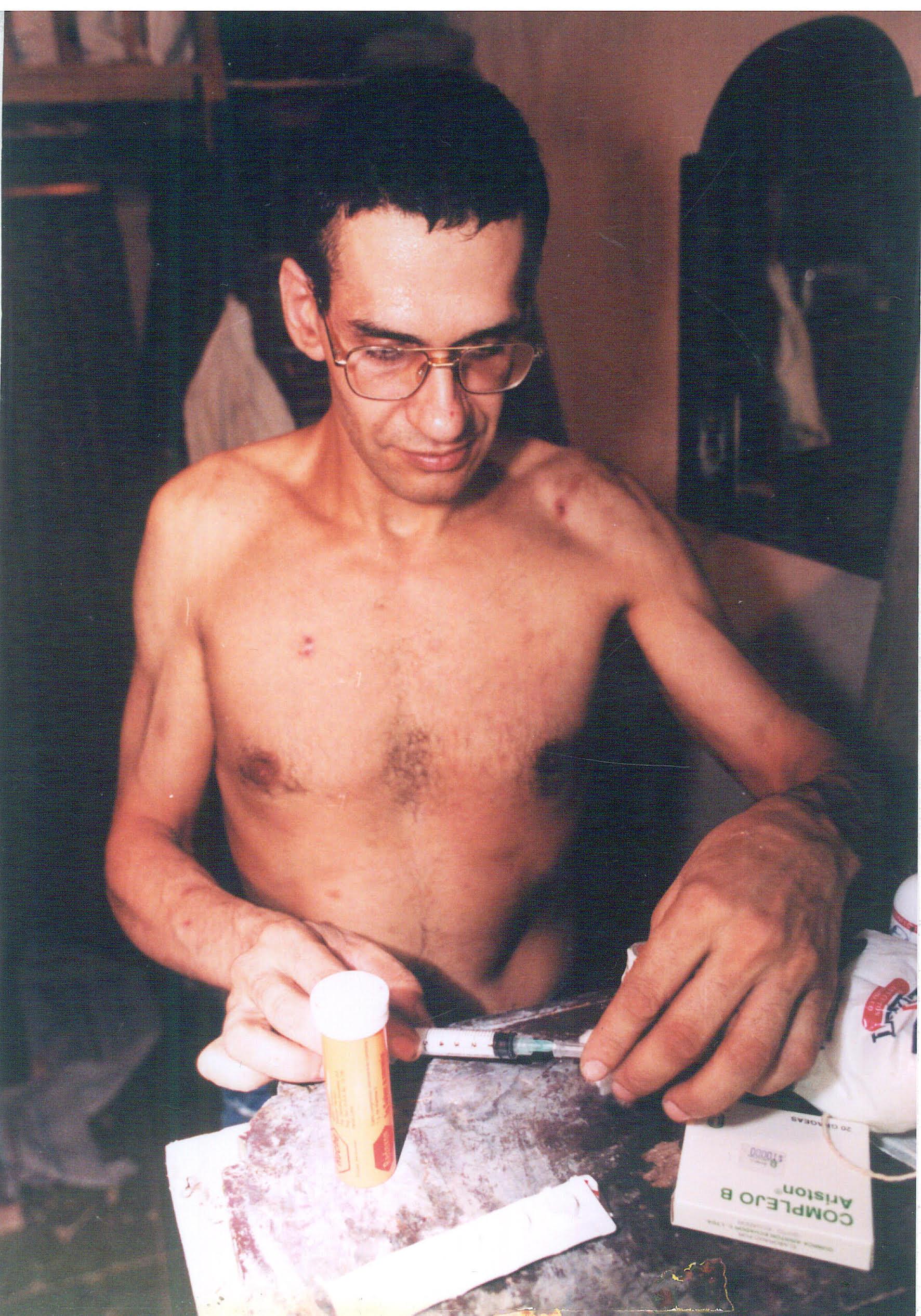 Der unschuldige Häftling Daniel David Tibi bereitet sich eine Morphiumspritze vor