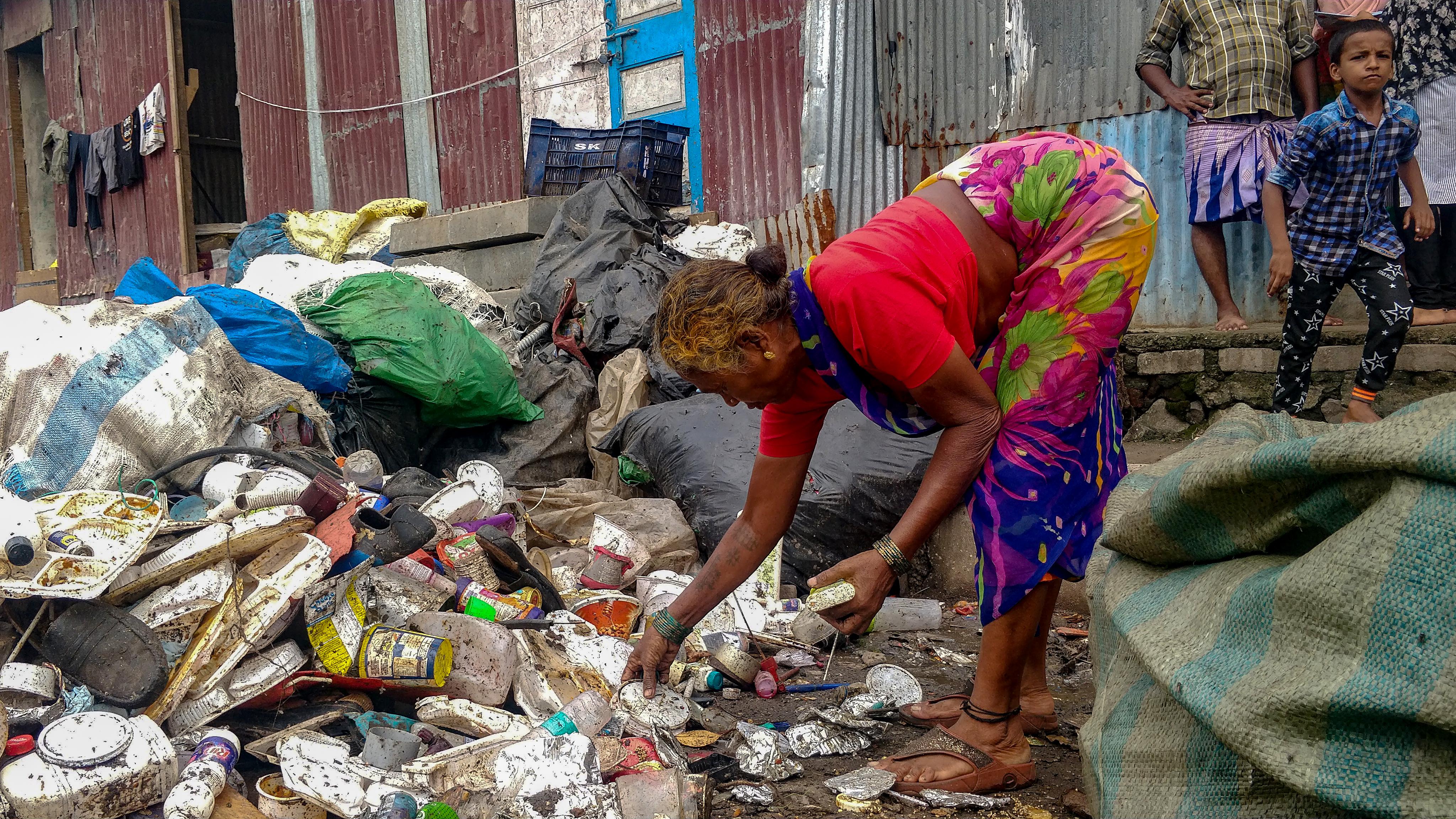 1568801879192-Ragpickers-at-Deonar-garbage-dump-9