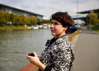 Autorin am Mittellandkanal in Wolfsburg
