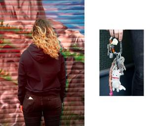Laura mit dem Gesicht zur Wand. Rechts ihr Schlüsselanhänger.