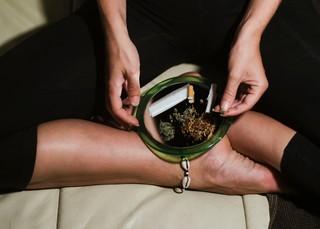Eine Frau mit Cannabis