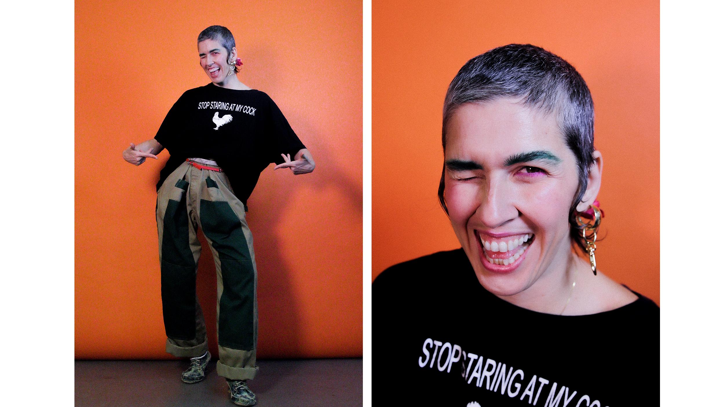 Eine Person in einem schwarzen T-Short vor einer orangefarbenen Wand