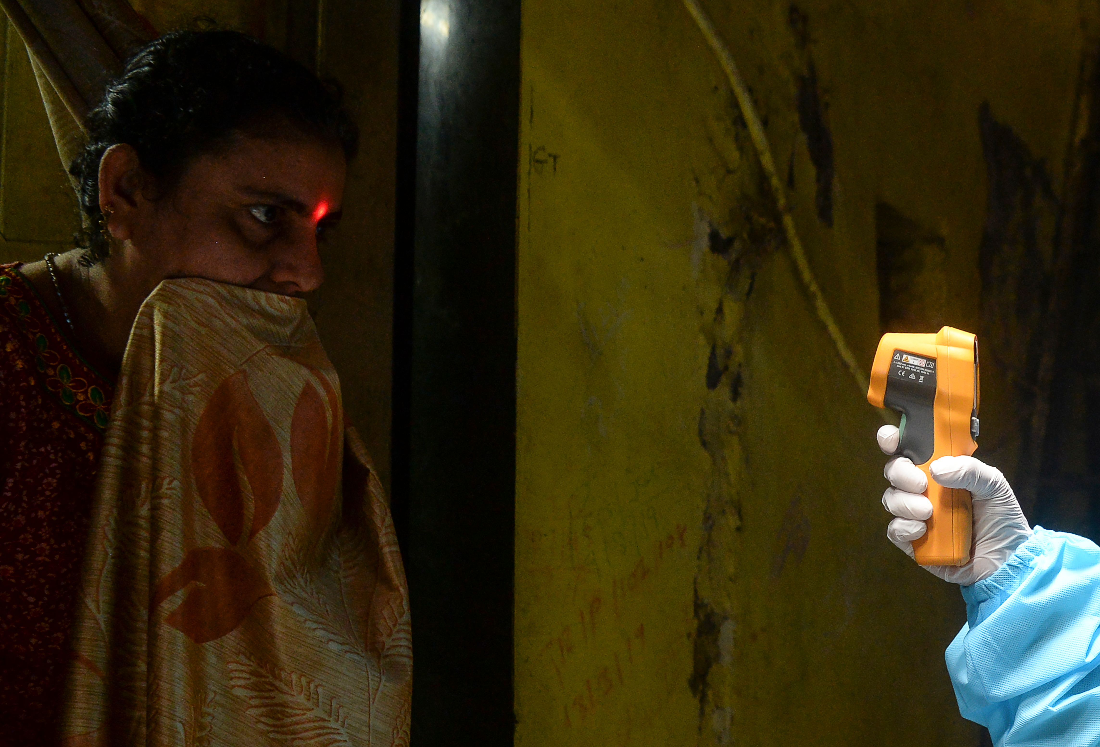 dharavi social distancing coronavirus mumbai asia largest slum