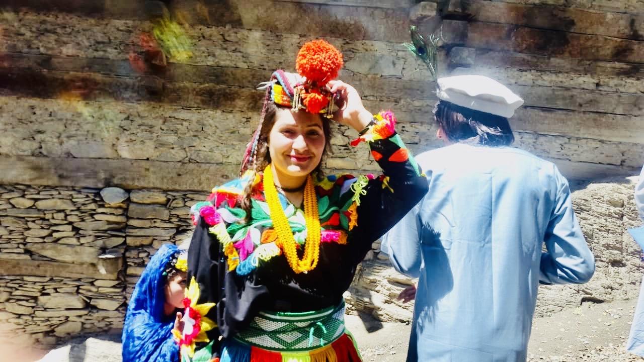 Hazar Bibi mengenakan pakaian tradisional berupa Cew dan S'us'utr tenun saat merayakan festival musim semi Zhoshi pada Mei. Foto oleh Ekbal Kalash.