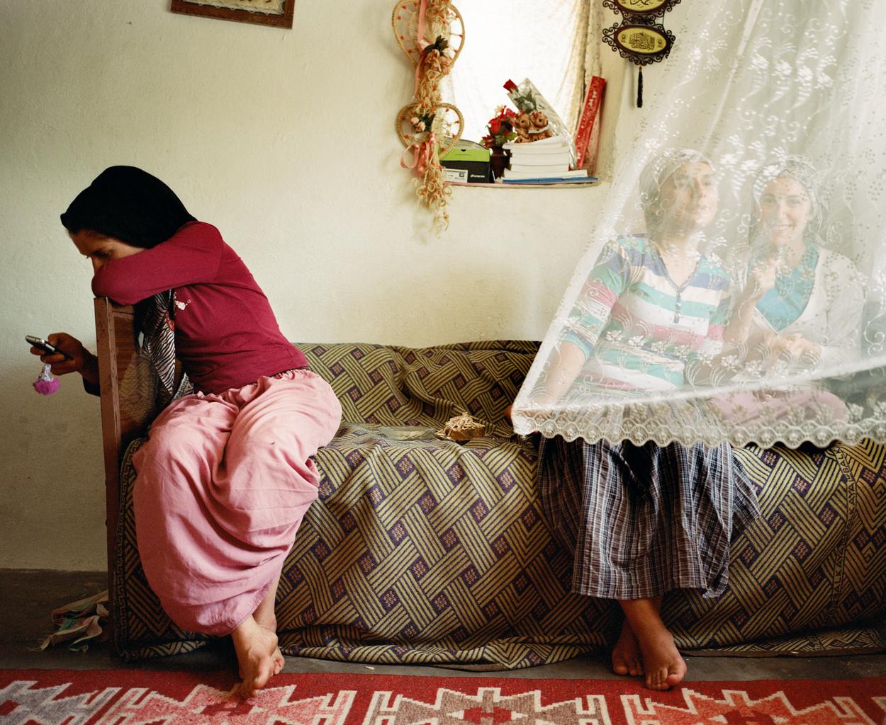 Tiga perempuan duduk di dalam rumah yang berada di kota Hasankeyf.