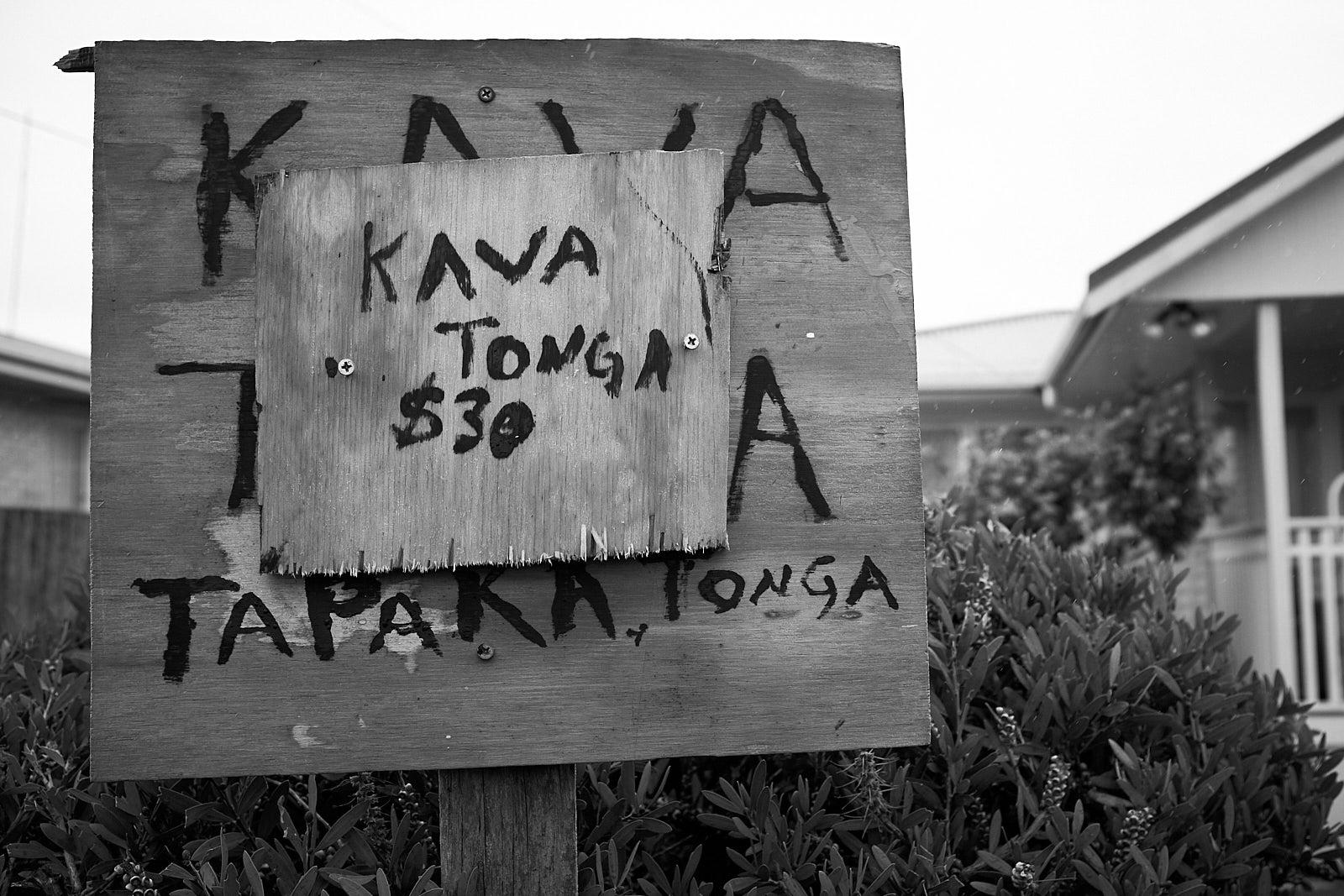 Papan bertuliskan Kava Tonga $30