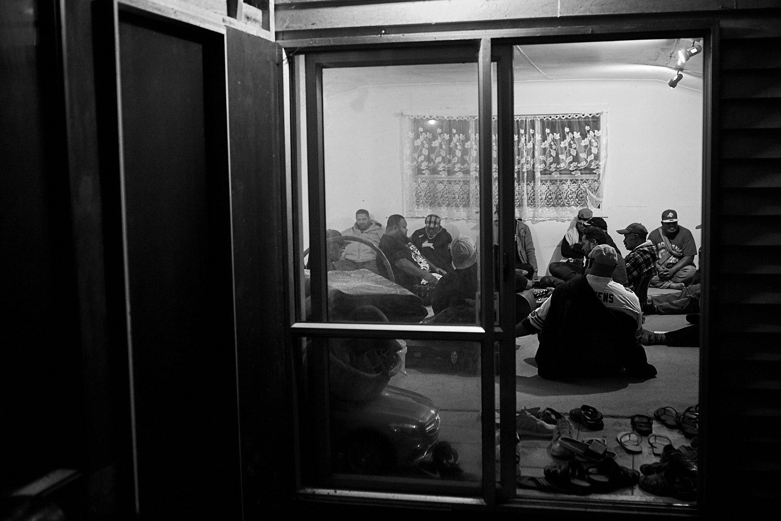 Lelaki berkumpul dalam sebuah ruangan untuk menikmati kava