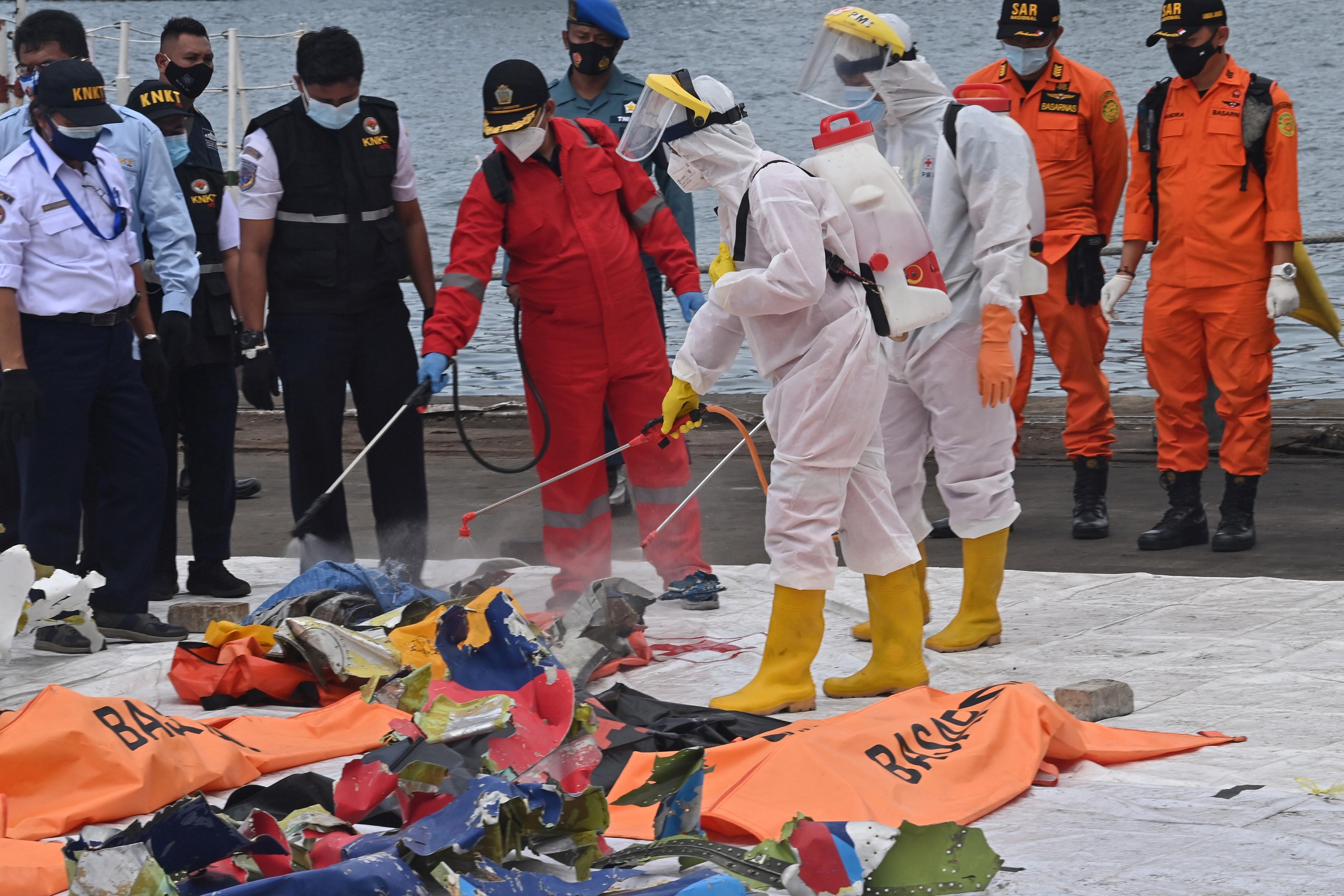 Petugas PMI menyemprotkan disinfektan. Foto: Adek Berry/AFP
